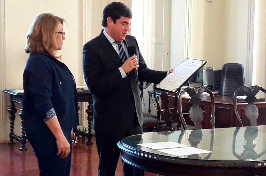 Secretário-geral da Mesa, Bandeira entrega termo à diretora-geral do Arquivo Nacional, Neide de Sordi