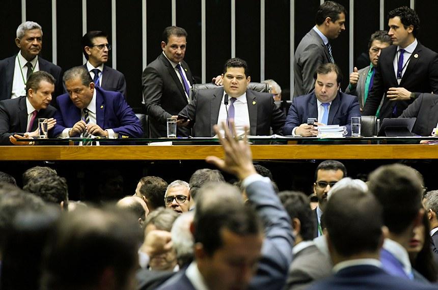 Plenário da Câmara dos Deputados durante sessão conjunta do Congresso Nacional destinada à apreciação de vetos e do PLN 5/2019, que trata da LDO de 2020, além de projetos de créditos especiais.   Mesa: deputado Celso Russomanno (Republicanos-SP); senador Eduardo Gomes (MDB-TO); presidente do Senado Federal, senador Davi Alcolumbre (DEM-AP); presidente da Câmara dos Deputados, deputado Rodrigo Maia (DEM-RS); secretário-geral da Mesa, Luiz Fernando Bandeira de Mello Filho.  Foto: Roque de Sá /Agência Senado