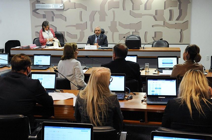 Comissão de Direitos Humanos e Legislação Participativa (CDH) realiza reunião com 37 itens. Entre eles, o PLS 195/2011, que torna obrigatória a disponibilidade de veículos adaptados para o aprendizado de pessoas com deficiência física nas instituições de formação de condutores que especifica.  À mesa, presidente da CDH, senador Paulo Paim (PT-RS), conduz sessão.  Bancada: senadora Leila Barros (PSB-DF); senador Flávio Arns (Rede-PR); senadora Zenaide Maia (Pros-RN).  Foto: Roque de Sá/Agência Senado