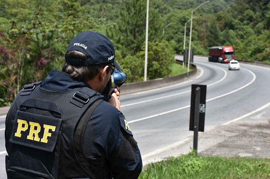 04.12.2018 Policial rodoviário federal utiliza de radar móvel em ação de fiscalização na Serra do Mar (BR-376), em Guaratuba (PR)       Ronda, estacionamento tático e operação de radar portátil controlador de velocidade.     Fotos: Fernando Oliveira / PRF  4.dez.2018