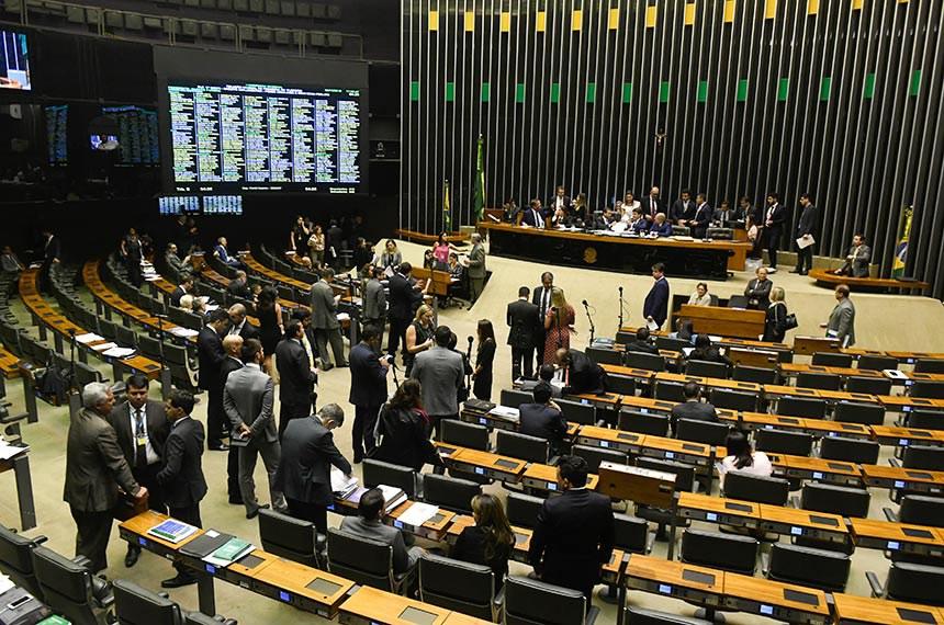 Plenário da Câmara dos Deputados durante sessão conjunta do Congresso Nacional destinada à apreciação de vetos ao projeto que muda as regras eleitorais, além do PLN 5/2019, que trata da Lei de Diretrizes Orçamentárias (LDO) para 2020 e projetos de abertura de crédito.  Em discurso, à tribuna, deputado Bibo Nunes (PSL-RS).  Mesa: segundo secretário do Senado Federal, senador Eduardo Gomes (MDB-TO); primeira secretária da Câmara dos Deputados, deputada Soraya Santos (PL-RJ); vice-presidente da Câmara, deputado Marcos Pereira (Republicanos-SP); secretário-geral da Mesa, Luiz Fernando Bandeira de Mello Filho.  Foto: Jefferson Rudy/Agência Senado
