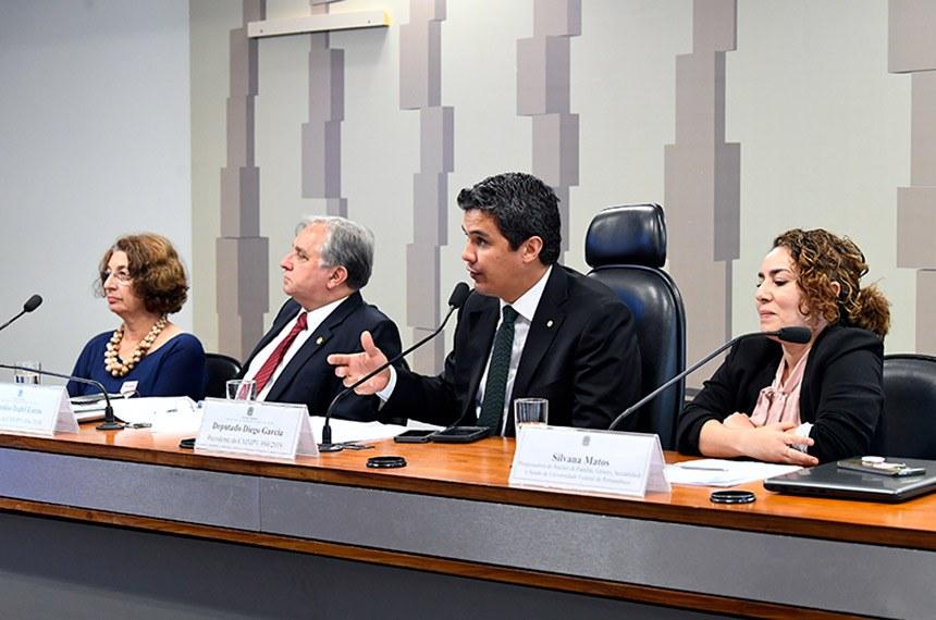 Comissão Mista da Medida Provisória (CMMPV) n° 894 de 2019, que institui pensão especial destinada a crianças com microcefalia decorrente do Zika Vírus, nascidas entre 1º de janeiro de 2015 e 31 de dezembro de 2018, beneficiárias do Benefício de Prestação Continuada, realiza audiência pública interativa para debater a MP.   Mesa:  professora da Universidade de Brasília (UnB), Lenise Garcia;  relator da CMMPV 894/2019, senador Izalci (PSDB-DF);  presidente da CMMPV 894/2019, deputado Diego Garcia (Podemos-PR);  pesquisadora do Núcleo de Família, Gênero, Sexualidade e Saúde da Universidade Federal de Pernambuco (UFPE), Silvana Matos.  Foto: Jane de Araújo/Agência Senado
