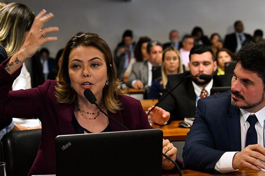 Comissão de Constituição, Justiça e Cidadania (CCJ) realiza reunião deliberativa com 28 itens. Entre eles, o PLS 170/2014, que estabelece quarentena para ministro do Tribunal de Contas da União (TCU) que deixar o cargo.   Em pronunciamento, à bancada, senadora Leila Barros (PSB-DF).  Foto: Jane de Araújo/Agência Senado