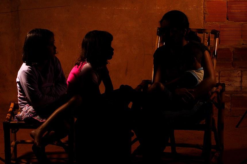Violência contra mulher.   Juliana Rodrigues Dias, vítima de violência doméstica, com seus filhos.  Crédito: Pablo Valadares/Agência Senado