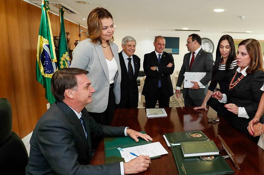 (Brasília - DF, 08/10/2019) Sanção do Projeto de Lei nº 1619, de 2019 e Sanção Projeto de Lei nº 17, de 2019 - que alteram a Lei nº 11.340/2006 (Lei Maria da Penha).  na foto: senadora Leila Barros (PSB-DF), general Heleno, ministro Onix Lorenzoni, deputada Geovania de Sá (PSDB-SC), deputada Soraya Santos (PMDB-RJ), deputada Flávia Arruda (PL-DF), e a deputada Maria Rosas (Republicanos-SP) Foto: Alan Santos/PR
