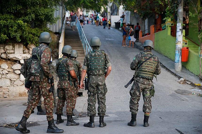 Forças de segurança fazem operação em comunidades de Niterói.   Militares do Exército participam de operação das forças de segurança na comunidade do Preventório, em Niterói.   Foto: Fernando Frazão/Agência Brasil