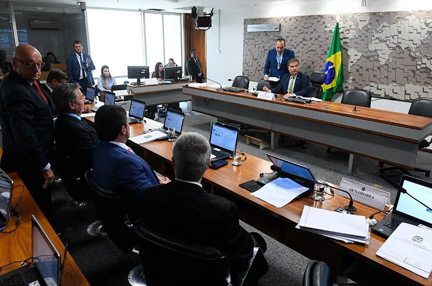 Comissão de Relações Exteriores e Defesa Nacional (CRE) realiza reunião deliberativa com 12 itens.  À mesa, presidente da CRE, senador Nelsinho Trad (PSD-MS), conduz reunião.  Bancada: senador Esperidião Amin (PP-SC);  senador Antonio Anastasia (PSDB-MG); senador Marcos do Val (Podemos-ES);  senador Fernando Collor (Pros-AL);  senador Carlos Viana (PSD-MG);  senador Vanderlan Cardoso (PP-GO).  Foto: Marcos Oliveira/Agência Senado