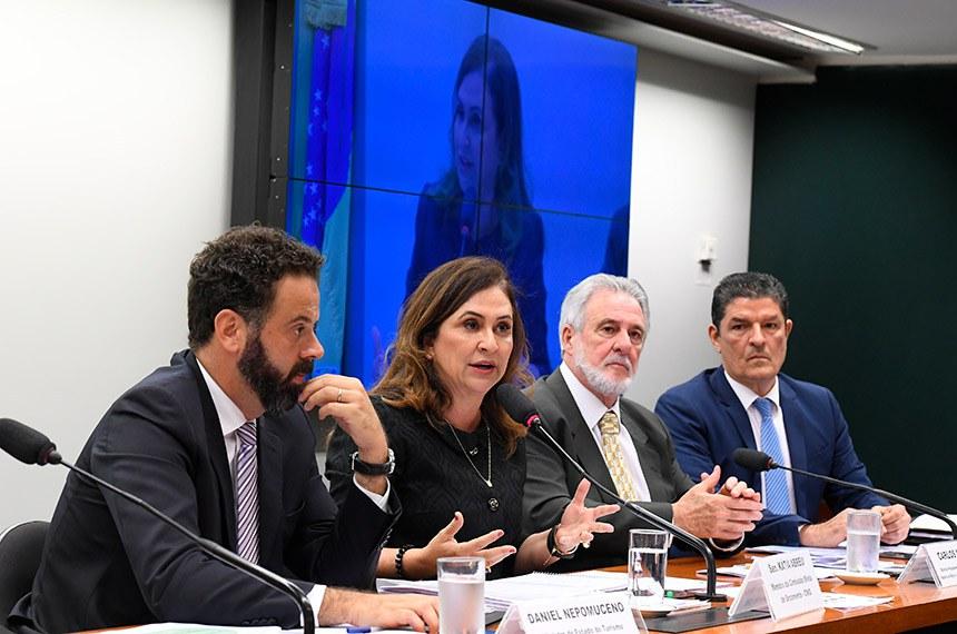 Comissão Mista de Planos, Orçamentos Públicos e Fiscalização (CMO) realiza audiência pública extraordinária para debater políticas públicas para o desenvolvimento de atividades turísticas no Brasil e seus desdobramentos no Orçamento Geral da União (OGU) para 2020, em virtude da aprovação do Requerimento nº 22/2019/CMO.   Mesa:  ministro de Estado do Turismo interino, Daniel Nepomuceno;  membro da CMO, senadora Kátia Abreu (PDT-TO) - em pronunciamento;  diretor-presidente do Serviço Brasileiro de Apoio às Micro e Pequenas Empresas (Sebrae), Carlos Melles;  ex-ministro do Turismo, Vinicius Lages.  Foto: Roque de Sá/Agência Senado