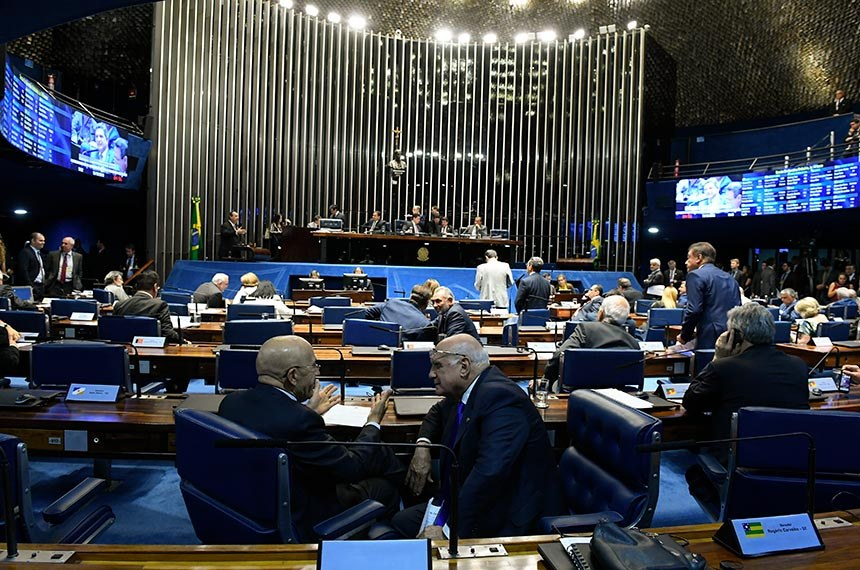 Plenário do Senado Federal durante sessão deliberativa ordinária. Ordem do dia.   À bancada, senador Confúcio Moura (MDB-RO) conversa com senador Lasier Martins (Podemos-RS).  Foto: Roque de Sá/Agência Senado