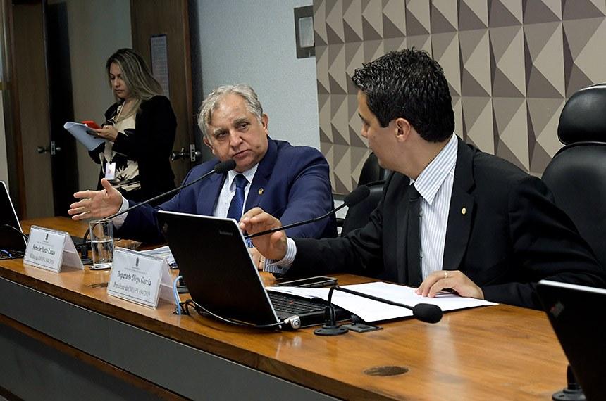 Comissão Mista da Medida Provisória (CMMPV) n° 894 de 2019, que institui pensão especial destinada a crianças com microcefalia decorrente do Zika Vírus, nascidas entre 1º de janeiro de 2015 e 31 de dezembro de 2018, beneficiárias do Benefício de Prestação Continuada, realiza reunião deliberativa para apreciação de relatório.  Mesa: relator da CMMPV 894/2019, senador Izalci (PSDB-DF); presidente da CMMPV 894/2019, deputado Diego Garcia (Podemos-PR).  Foto: Waldemir Barreto/Agência Senado