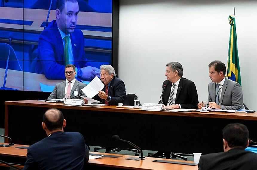 Comissão Mista de Planos, Orçamentos Públicos e Fiscalização (CMO) realiza reunião deliberativa ordinária para apreciação das emendas ao Plano Plurianual (PPA) de 2020/2023 e ao Projeto de Lei Orçamentária Anual (PLOA) de 2020.  Painel eletrônico exibe pronunciamento do deputado Vicentinho Júnior (PL-TO).  Mesa: relator de emendas ao PPA DE 2020 a 2023 (PLN 21/2019-CN) e à LOA 2020 (PLN 22/2019-CN), senador Luiz Do Carmo (MDB-GO); primeiro vice-presidente da CMO, deputado Dagoberto Nogueira (PDT-MS); secretário da comissão.  Foto: Marcos Oliveira/Agência Senado