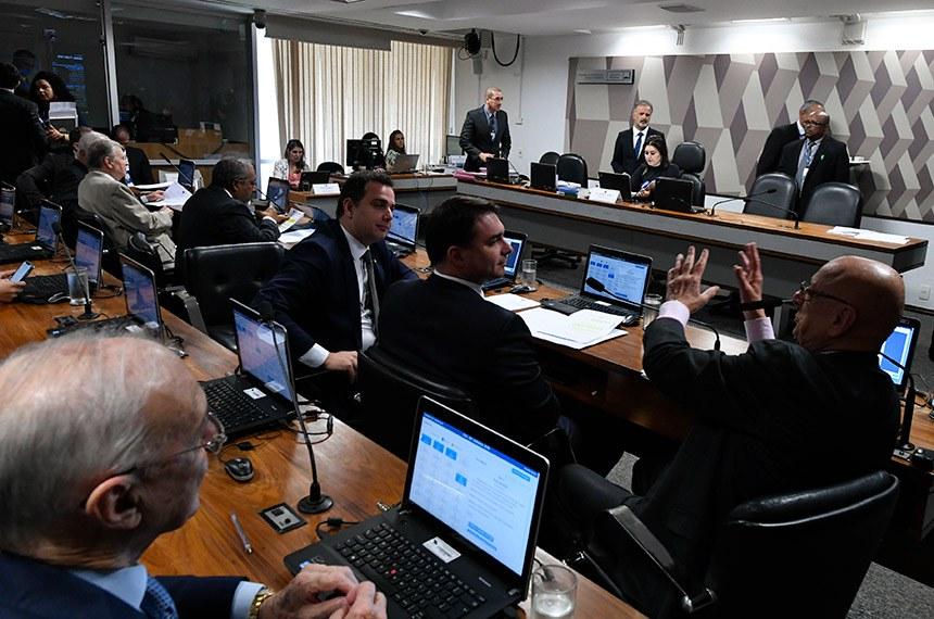 Comissão de Constituição, Justiça e Cidadania (CCJ) realiza reunião deliberativa com 32 itens. Entre eles, o PLS 189/2018-Complementar, que permite aos parlamentares manter o direito de se reeleger caso assuma o Executivo.  À mesa, presidente da CCJ, senadora Simone Tebet (MDB-MS).  Bancada: senador Esperidião Amin (PP-SC);  senador Flávio Bolsonaro (PSL-RJ);  senador Rodrigo Pacheco (DEM-MG);  senador Paulo Paim (PT-RS);  senador Tasso Jereissati (PSDB-CE);  senador Otto Alencar (PSD-BA);  senador Fabiano Contarato (Rede-ES);  senador Arolde de Oliveira (PSD-RJ).  Foto: Edilson Rodrigues/Agência Senado