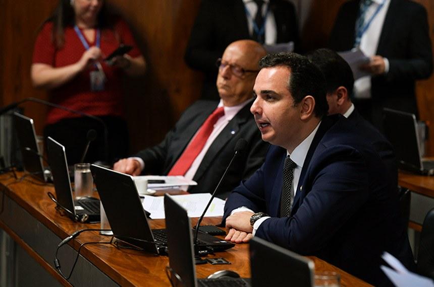 Relator do projeto, senador Rodrigo Pacheco, na reunião desta quarta na CCJ