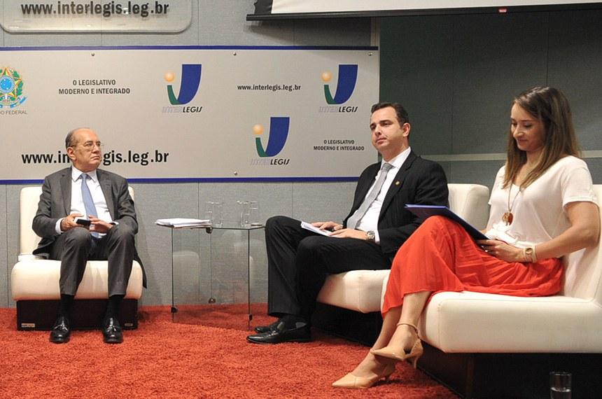 Ministro Gilmar Mendes (E), na palestra no Senado. O senador Rodrigo Cunha (D) participou do evento