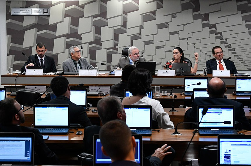 Comissão de Assuntos Econômicos (CAE) realiza audiência pública interativa para instruir o PLS 57/2018, que dispõe sobre a comunicação audiovisual sob demanda, a Contribuição para o Desenvolvimento da Indústria Cinematográfica Nacional (Condecine) e dá outras providências.   Mesa (E/D):  presidente do Sindicato da Indústria Audiovisual (Sicav), Leonardo Edde;  presidente-executivo da Brasil Audiovisual Independente (Bravi), Mauro Garcia;  presidente eventual da CAE, senador Jean Paul Prates (PT-RN);  coordenadora do Intervozes, Marina Pita;  diretor da Associação Paulista de Cineastas (Apaci), André Klotzel.  Foto: Edilson Rodrigues/Agência Senado