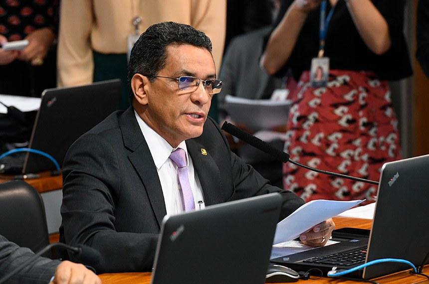 Comissão de Assuntos Sociais (CAS) realiza reunião com 11 itens, entre eles, o PL 682/2019, que estabelece benefícios fiscais a portadores de doenças raras.  Em pronuciamento, à bancada, senador Mecias de Jesus (PRB-RR).  Foto: Marcos Oliveira/Agência Senado