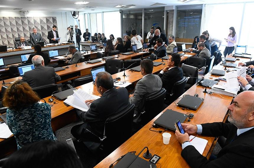 Comissão de Direitos Humanos e Legislação Participativa (CDH) realiza reunião deliberativa com 30 itens. Entre eles, o PLC 104/2018, que proíbe a venda de narguilé e acessórios a crianças e adolescentes.   À mesa, presidente da CDH, senador Paulo Paim (PT-RS).  Foto: Marcos Oliveira/Agência Senado