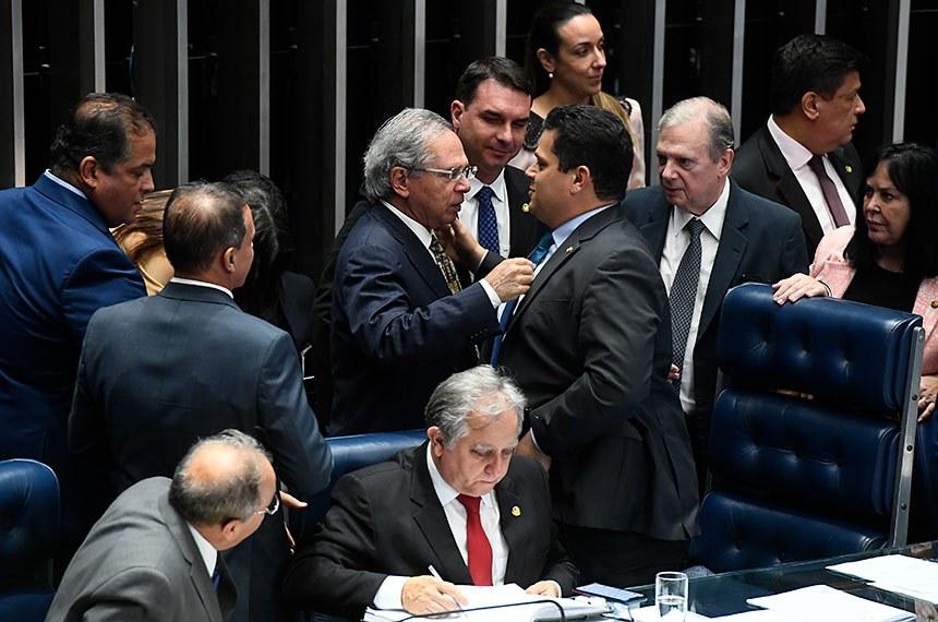 Paulo Guedes e Davi Alcolumbre logo após a aprovação do texto-base. Senado vota os dois últimos destaques nesta quarta, pela manhã