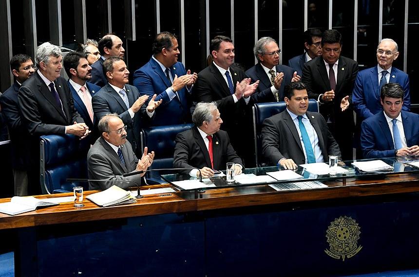 O ministro da Economia, Paulo Guedes, e a bancada governista junto à Mesa; o presidente do Senado, Davi Alcolumbre, anunciou o resultado: 60 a 19 votos