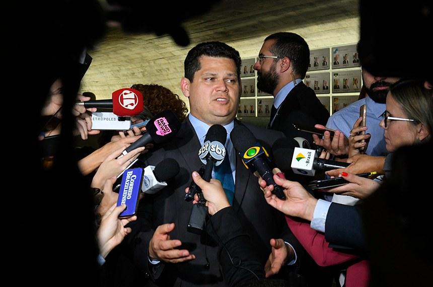 Presidente do Senado, senador Davi Alcolumbre (DEM-AP), concede entrevista após plenário aprovar texto-base da reforma da Previdência em segundo turno.  Foto: Roque de Sá/Agência Senado