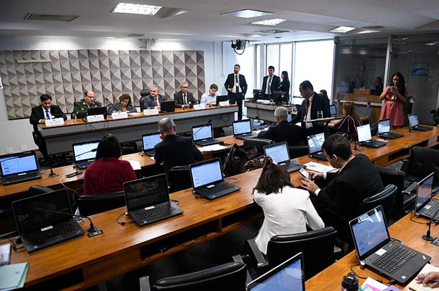 A Comissão Parlamentar Mista de Inquérito (CPMI) das Fake News realiza audiência pública interativa para tratar sobre o fenômeno das fake news na sociedade e na democracia.   Mesa: professor do Curso de extensão em Direito Eletrônico da Escola de Magistratura do Estado do Rio de Janeiro (Emerj), Walter Capanema; Comando de Defesa Cibernética do Exército, general de divisão Guido Amin Naves; relatora da CPMI da Fake News, deputada Lídice da Mata (PSB-BA); presidente da CPMI das Fake News, senador Angelo Coronel (PSD-BA); doutor em Filosofia, professor titular da Faculdade de Comunicação da Universidade Federal da Bahia (Ufba), Wilson Gomes; presidente da Associação Brasileira de Jornalismo Investigativo (Abraji), Daniel Bramatti.  Foto: Pedro França/Agência Senado