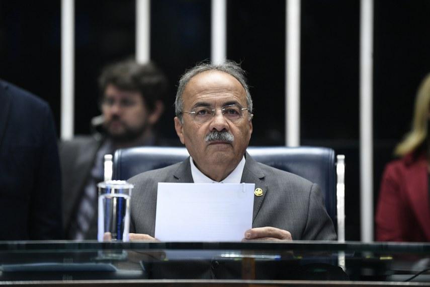 O senador Chico Rodrigues, que propôs a homenagem, preside a sessão