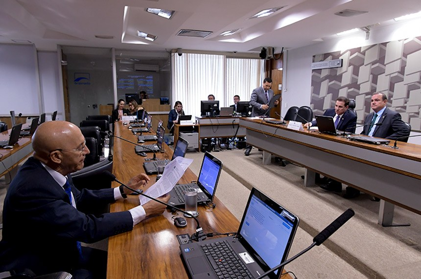 Comissão de Ciência, Tecnologia, Inovação, Comunicação e Informática (CCT) realiza reunião deliberativa para apreciação das emendas da comissão aos projetos do Plano Plurianual para o período 2020-2023 (PLN 21/2019) e do Projeto de Lei Orçamentária Anual para 2020 (PLN 22/2019).  À mesa: presidente da CCT, senador Vanderlan Cardoso (PP-GO); senador Wellington Fagundes (PL-MT).   Em pronunciamento, senador Confúcio Moura (MDB-RO) à bancada.  Foto: Waldemir Barreto/Agência Senado