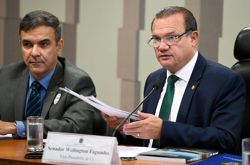 O presidente da CI, senador Wellington Fagundes (ao microfone), recebeu o relatório do diretor-executivo da Confederação Nacional do Transporte (CNT), Bruno Batista Martins