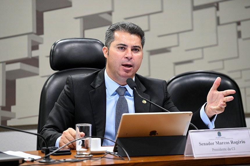 """Comissão de Serviços de Infraestrutura (CI) realiza reunião deliberativa para: discussão e deliberação acerca das emendas da Comissão de Infraestrutura ao PL nº 21/2019-CN (PPA 2020-2023), que """"institui o Plano Plurianual da União para o período de 2020 a 2023""""; e discussão e deliberação acerca das emendas da Comissão de Serviços de Infraestrutura ao PL nº 22/2019-CN (LOA 2020), que """"estima a receita e fixa a despesa da União para o exercício financeiro de 2020"""".   À mesa, presidente da CI, senador Marcos Rogério (DEM-RO).  Foto: Pedro França/Agência Senado"""