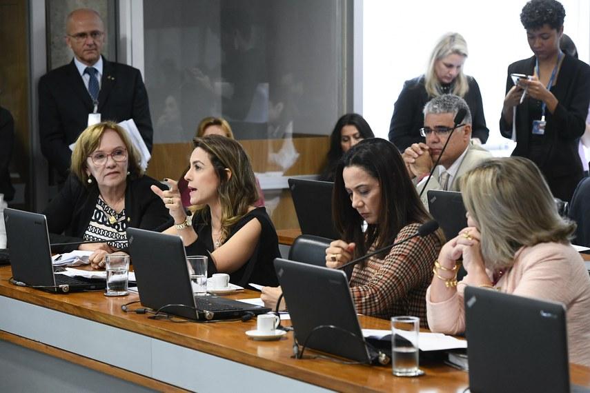Comissão de Direitos Humanos e Legislação Participativa (CDH) realiza reunião deliberativa com 30 itens. Entre eles, o PLC 104/2018, que proíbe a venda de narguilé e acessórios a crianças e adolescentes.   Bancada:  senadora Zenaide Maia (Pros-RN);  senadora Soraya Thronicke (PSL-MS) - em pronunciamento;  senadora Mailza Gomes (PP-AC);  senadora Juíza Selma (PSL-MT).  Foto: Marcos Oliveira/Agência Senado