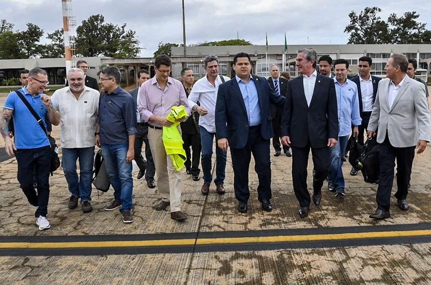 24.10.2019 O presidente da República em exercício  Davi Alcolumbre embarca em Brasília para Maceió (AL) com o ministro do Meio Ambiente, Ricardo Salles, e um grupo de senadores para acompanhar o vazamento de óleo em praias do Nordeste.