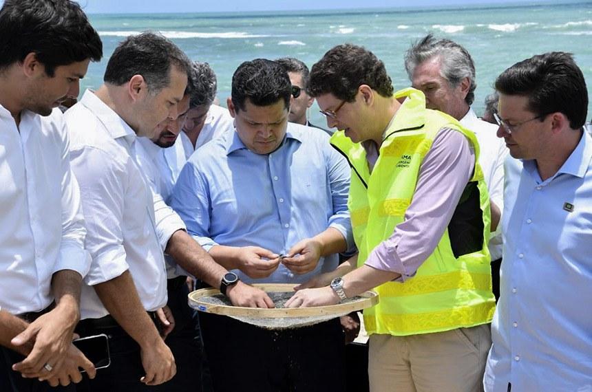 Davi Alcolumbre (ao centro) acompanha limpeza das praias em Barra de São Miguel, em Alagoas