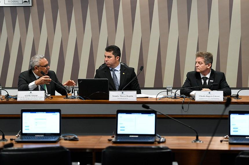 Comissão de Serviços de Infraestrutura (CI) realiza audiência pública interativa para ouvir diretores da Petrobras e da Agência Nacional do Petróleo (ANP) sobre os efeitos dos ataques às refinarias da Arábia Saudita na economia brasileira.  Mesa: diretor da Agência Nacional de Petróleo, Gás Natural e Biocombustíveis (ANP), Aurélio Amaral;  presidente da CI, senador Marcos Rogério (DEM-RO); gerente-executivo da Petrobras, Cláudio Rogério Linassi Mastella.  Foto: Edilson Rodrigues/Agência Senado