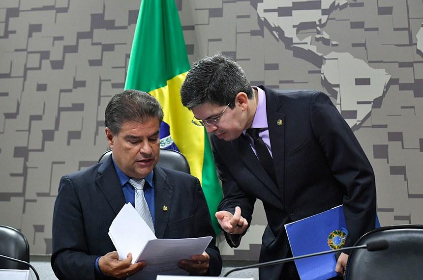 As Comissões de Relações Exteriores e Defesa Nacional (CRE) e de Ciência e Tecnologia (CCT) realizam audiência pública conjunta, com a presença do ministro de Estado da Ciência, Tecnologia, Inovações e Comunicações, para debater o novo Acordo de Salvaguardas Tecnológicas (AST), que permite o uso comercial da base de Alcântara, no Maranhão, pelos Estados Unidos.   Mesa (E/D):  presidente da CRE, senador Nelsinho Trad (PSD-MS);  senador Randolfe Rodrigues (Rede-AP).   Foto: Geraldo Magela/Agência Senado