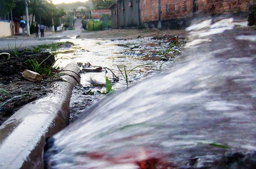 Vazamento de água em Saquarema (RJ).  Essa foto tirada em 16 de julho de 2009 em Saquarema - Rio de Janeiro em um momento de indignação com o desperdício e descaso dos responsáveis Companhia Águas de Juturnaiba, com esse bem que é tão precioso. foto tirada em 16 de julho de 2009 em Saquarema - Rio de Janeiro