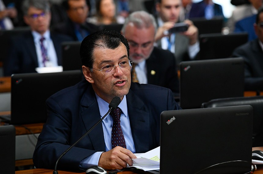 """O senador Eduardo Braga (MDB-AM) afirmou que """"lerá com calma"""" o projeto encaminhado pelo secretário especial de Previdência, Rogério Marinho"""