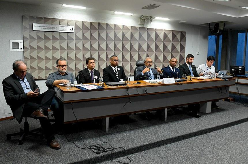 Comissão de Direitos Humanos e Legislação Participativa (CDH) realiza audiência pública interativa para tratar sobre a PEC Paralela da Previdência (PEC 133/2019).   Mesa (E/D):  diretor executivo da Central dos Trabalhadores e Trabalhadoras do Brasil (CTB), Mário Teixeira;  secretário de Educação da Confederação Nacional dos Trabalhadores na Indústria (CNTI), José Reginaldo Inácio;  representante da Associação dos Empregados da Eletronuclear (Asen), Sandro Leonardo de Lima;  representante do Sindicato dos Trabalhadores na Indústria de Energia Elétrica nos Municípios de Parati e Angra dos Reis (Stiepar), Cássio Lúcio Martins;  presidente da CDH, senador Paulo Paim (PT-RS);  presidente da Confederação Nacional das Guardas Municipais (CONGM), Oséias Francisco da Silva;  presidente do Sindicato Nacional dos Aeronautas (SNA), comandante Ondino Dutra;  assessor da Liderança do PT no Senado Federal, Marcos Rogério.  Foto: Roque de Sá/Agência Senado