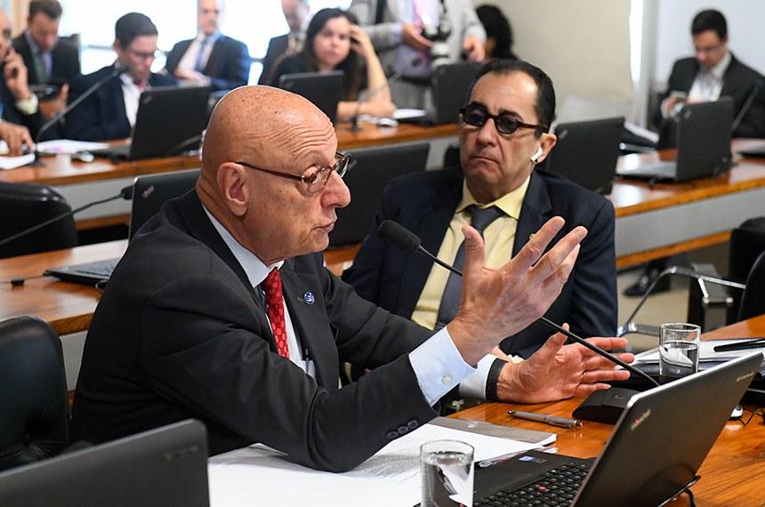 O relator na CAE, senador Esperidião Amin (ao microfone, ao lado do senador Jorge Kajuru), destacou que os municípios são responsáveis pelo manejo dos dejetos resultantes dos serviços sanitários