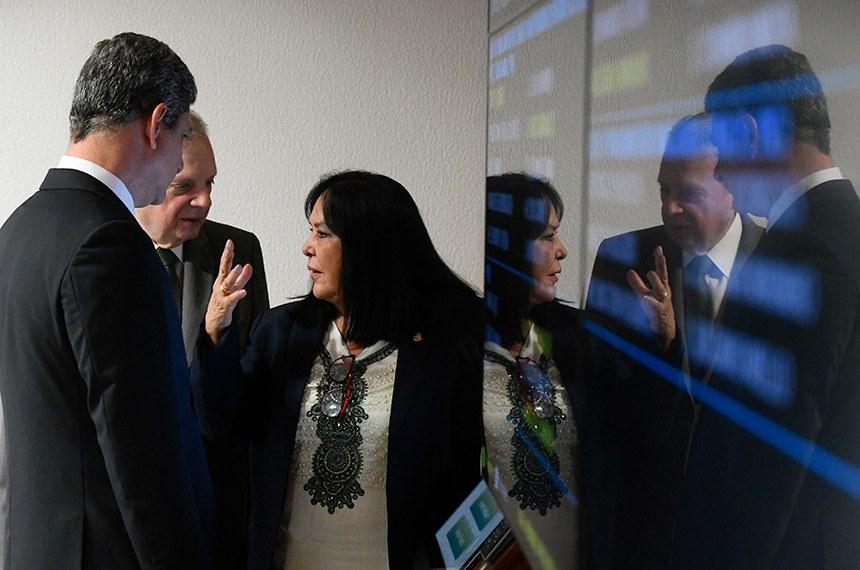 Comissão de Assuntos Econômicos (CAE) realiza reunião com 18 itens. Entre eles, o PLS 466/2015, que impede o contingenciamento de recursos para as parcerias e convênios.  Participam: senadora Rose de Freitas (Podemos-ES);  senador Tasso Jereissati (PSDB-CE);  senador Rogério Carvalho Santos (PT-SE).  Foto: Marcos Oliveira/Agência Senado