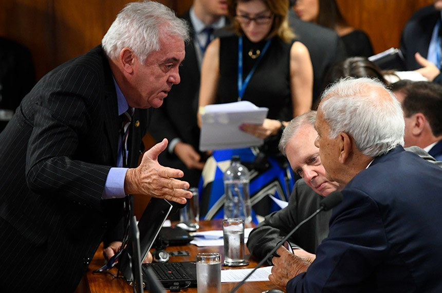 Comissão de Assuntos Econômicos (CAE) realiza reunião com 18 itens. Entre eles, o PLS 466/2015, que impede o contingenciamento de recursos para as parcerias e convênios.  Senadores conversam à bancada.   Bancada: senador Tasso Jereissati (PSDB-CE);  senador Otto Alencar (PSD-BA);  senador Oriovisto Guimarães (Podemos-PR).  Foto: Marcos Oliveira/Agência Senado