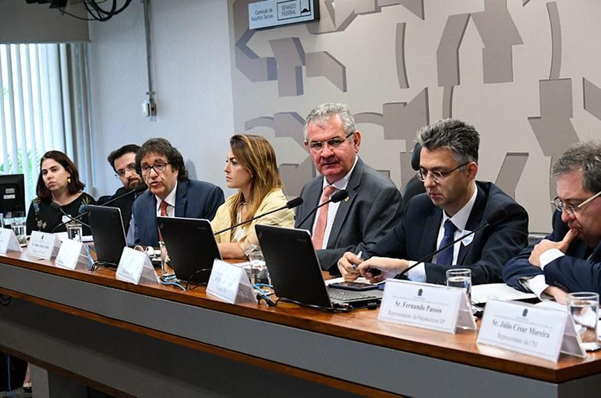 Comissão Temporária para Reforma do Código Comercial (CTRCC) realiza audiência pública com a participação de professores da Pontifícia Universidade Católica de São Paulo (PUC-SP), do Instituto Brasileiro de Direito Empresarial (Ibrademp) e da Universidade de São Paulo (USP), além de representantes da Confederação Nacional da Indústria (CNI)  da Ordem dos Advogados do Brasil (OAB) e da Federação do Comércio de Bens, Serviços e Turismo do Estado de São Paulo (Fecomércio-SP).   Mesa: representante da Ordem dos Advogados do Brasil (OAB) Federal, Samantha Mendes Longo; professor do Instituto Brasileiro de Direito Empresarial (IBRADEMP), Renato Scardoa; professor da Pontifícia Universidade Católica de São Paulo (PUC-SP), Fábio Ulhoa Coelho; relatora da CTRCC, senadora Soraya Thronicke (PSL-MS);  presidente da CTRCC, senador Angelo Coronel (PSD-BA); professor da Universidade de São Paulo (USP),  Francisco Satiro; representante da Federação do Comércio de Bens, Serviços e Turismo do Estado de São Paulo (Fecomércio-SP), Fernando Passos; representante da Confederação Nacional da Indústria (CNI), Júlio César Moreira Barbosa.  Foto: Geraldo Magela/Agência Senado
