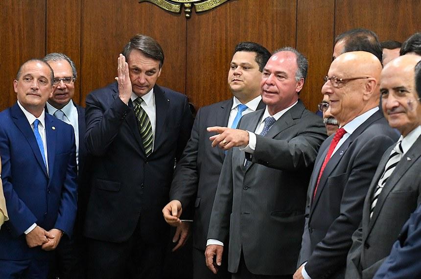 O presidente do Senado Federal, senador Davi Alcolumbre (DEM-AP), recebe o presidente da República, Jair Bolsonaro (PSL-RJ), que entrega um pacote de projetos elaborados pela equipe econômica do governo.   Participam:  presidente da República, Jair Bolsonaro;  presidente do Senado Federal, senador Davi Alcolumbre (DEM-AP);  ministro da Economia, Paulo Guedes;  ministro-chefe da Casa Civil da Presidência da República, Onyx Lorenzoni;  senador Chico Rodrigues (DEM-RR);  senador Eduardo Braga (MDB-AM);  senador Eduardo Gomes (MDB-TO);  senador Esperidião Amin (PP-SC);  senador Fernando Bezerra Coelho (MDB-PE);  senador Jorginho Mello (PL-SC);  senador Luis Carlos Heinze (PP-RS);  senador Marcos do Val (Podemos-ES);  senador Sérgio Petecão (PSD-AC);  senadora Eliziane Gama (Cidadania-MA);  senadora Soraya Thronicke (PSL-MS);  deputado João Roma (PRB-BA).  Foto: Roque de Sá/Agência Senado