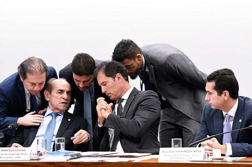 O deputado Domingos Neto (à dir.) é o relator do Orçamento 2020 na CMO, que é presidida pelo senador Marcelo Castro (à esquerda, sentado)