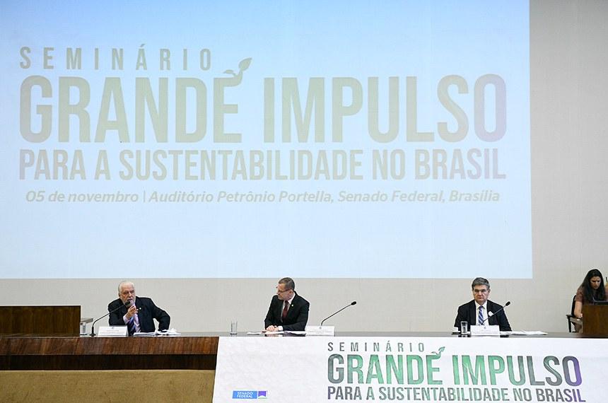 """Comissão de Meio Ambiente (CMA) e a Comissão Econômica para a América Latina e o Caribe das Nações Unidas (Cepal) promovem o seminário """"Grande Impulso para a Sustentabilidade no Brasil"""" (Big Push para a Sustentabilidade). O evento reúne autoridades e lideranças nacionais e internacionais para discutir um Novo Arranjo Verde para o Desenvolvimento Sustentável.   Mesa: presidente da Subcomissão Temporária do Grande Impulso para a Sustentabilidade, senador Jaques Wagner (PT-BA); presidente da CMA, senador Fabiano Contarato (Rede-ES); representante da Secretaria Executiva da América Latina e o Caribe das Nações Unidas (Cepal) em Brasília, Carlos Mussi.  Foto: Pedro França/Agência Senado"""