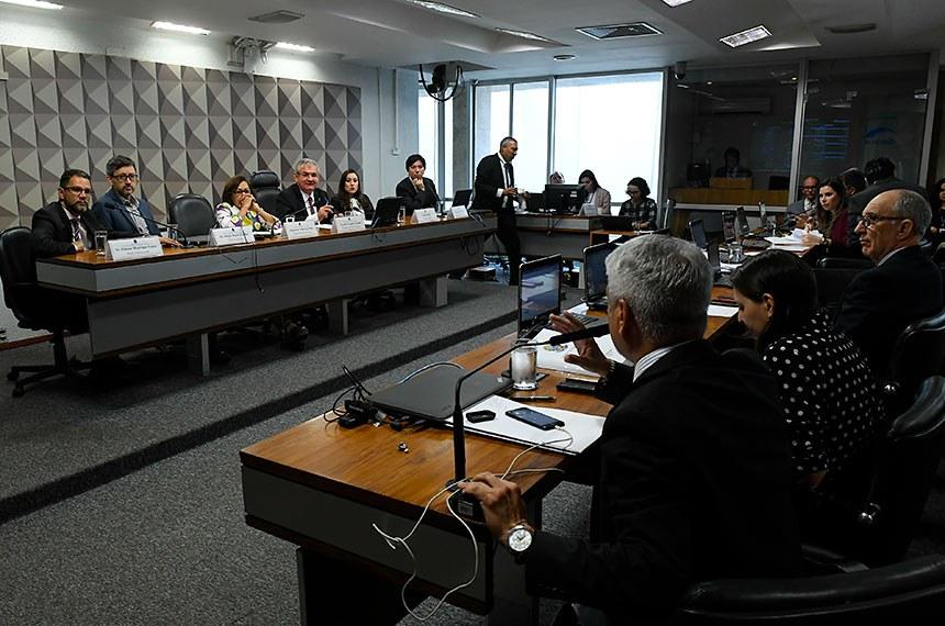"""A Comissão Parlamentar Mista de Inquérito (CPI) das Fake News, que investiga a divulgação de notícias falsas nas redes sociais e assédio virtual, ouve depoimentos decorrentes dos requerimentos 83, 101, 102, e 103/2019.  Mesa: representante do portal """"e-farsas.com"""", Gilmar Henrique Lopes; representante do portal Comprova, Sérgio Boeck Lüdtke; relatora da CPMI das Fake News, deputada Lídice da Mata (PSB-BA); presidente da CPMI das Fake News, senador Angelo Coronel (PSD-BA); representante da Associações das Empresas de Tecnologia da Informação (Assespro Nacional), Adriele Brito; representante do portal """"Boatos.org"""", Edgard Matsuki.  Em pronunciamento, à bancada, senador Humberto Costa (PT-PE).    Foto: Roque de Sá/Agência Senado"""