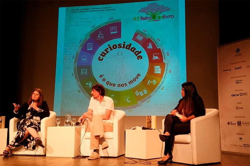 A diretora-geral, Ilana Trombka, ressalta o trabalho do Conselho Editorial, ao lado do escritor Eduardo Bueno e da coordenadora da Biblioteca do Senado, Patricia Coelho