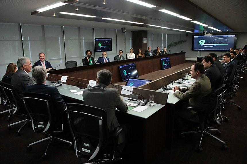 Sérgio Petecão (à esquerda) renova Acordo de Cooperação da Rede de Sustentabilidade no Legislativo