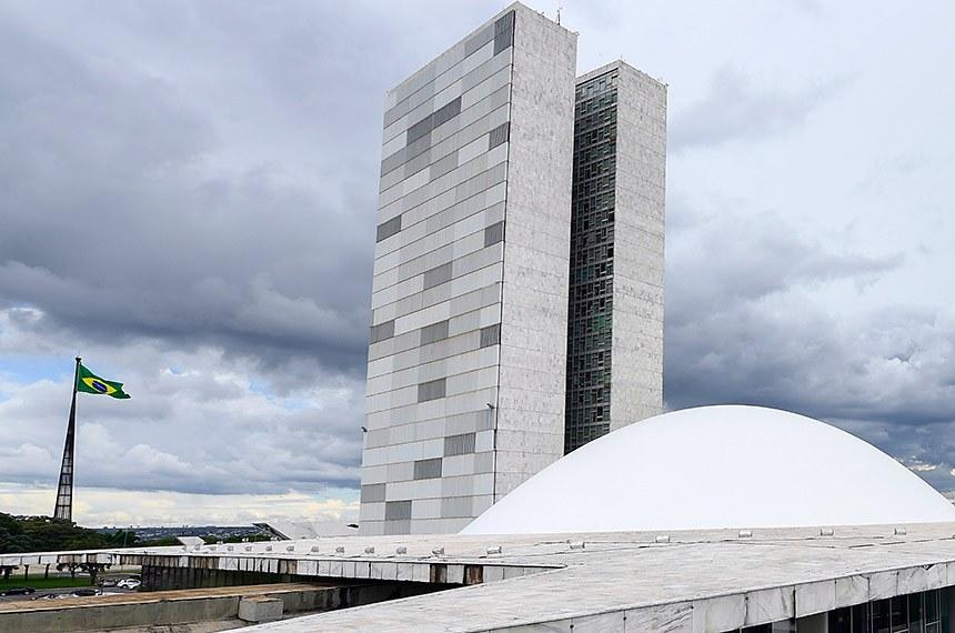 Fachada do Congresso Nacional, sede das duas Casas do Poder Legislativo brasileiro. Obra do arquiteto Oscar Niemeyer.   As cúpulas abrigam os plenários da Câmara dos Deputados (côncava) e do Senado Federal (convexa), enquanto que nas duas torres - as mais altas de Brasília, com 100 metros - funcionam as áreas administrativas e técnicas que dão suporte ao trabalho legislativo diário das duas instituições.   Foto: Marcos Oliveira/Agência Senado