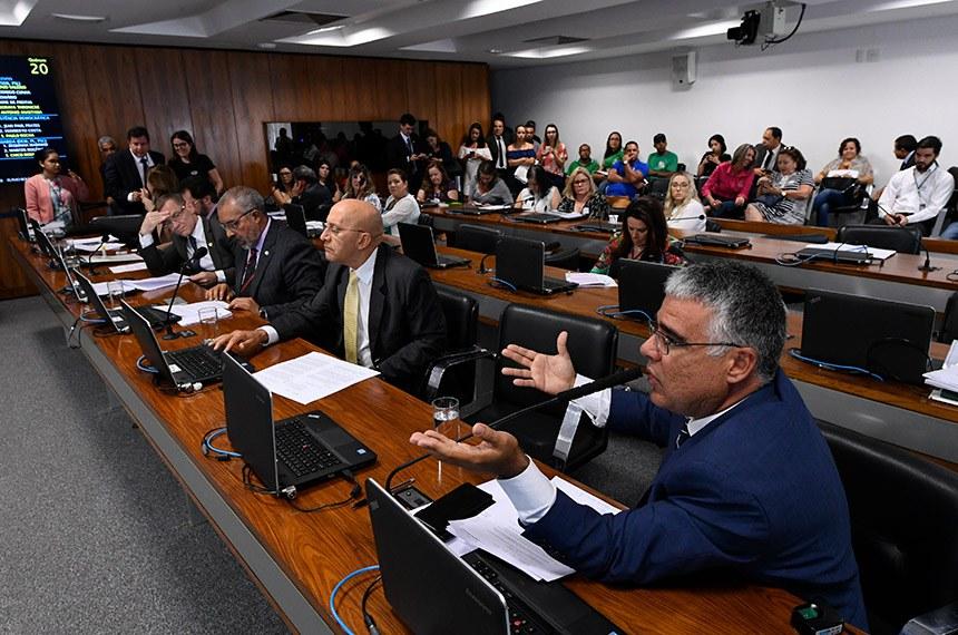 Comissão de Educação, Cultura e Esporte (CE) realiza realiza reunião com 13 itens. Entre eles, o PL 5.695/2019, que transfere a cota da União do salário-educação para estados e municípios.  Bancada (E/D): senadora Leila Barros (PSB-DF);  senador Plínio Valério (PSDB-AM); senador Fabiano Contarato (Rede-ES); senador Paulo Paim (PT-RS); senador Confúcio Moura (MDB-RO); senador Eduardo Girão (Podemos-CE), em pronunciamento.  Foto: Edilson Rodrigues/Agência Senado