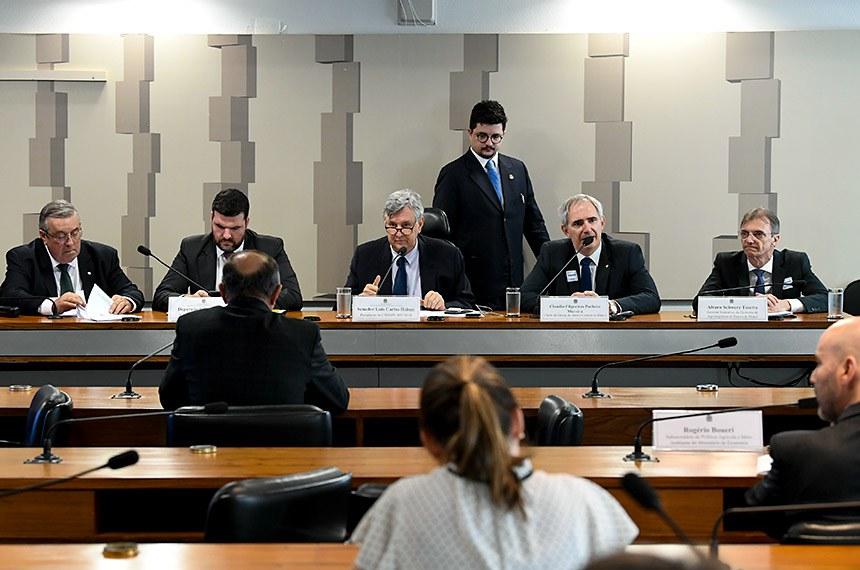 Comissão Mista da Medida Provisória (CMMPV) n° 897 de 2019, que institui o Fundo de Aval Fraterno e dispõe sobre o patrimônio de afetação de propriedades rurais, a Cédula Imobiliária Rural, a escrituração de títulos de crédito e a concessão de subvenção econômica para empresas cerealistas, e dá outras providências, realiza audiência pública interativa para debater a MP.   Mesa:  membro da CMMPV 897/2019, deputado José Mário Schreiner (DEM-GO);  relator da CMMPV 897/2019, deputado Pedro Lupion (DEM-PR);  presidente da CMMPV 897/2019, senador Luis Carlos Heinze (PP-RS);  chefe do Departamento de Regulação, Supervisão e Controle das Operações do Crédito Rural e do Proagro do Banco Central do Brasil, Claudio Filgueiras Pacheco Moreira;  gerente executivo da Diretoria de Agronegócios do Banco do Brasil, Alvaro Schwerz Tosetto.  Foto: Jefferson Rudy/Agência Senado